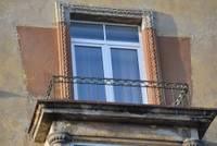 Bīstamās balkona konstrukcijas Bāriņu ielā demontētas