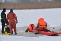 VUGD darbinieki atsvaidzina prasmes slīcēju glābšanā uz ledus