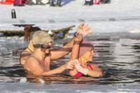 Liepājas ziemas peldētāji ķer kaifu, slīcina vīrusus un pat uzdejo