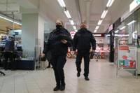 Policija reidā pārbauda tirdzniecības vietas. Darbinieki atbildīgi, bet visas prasības neizpilda