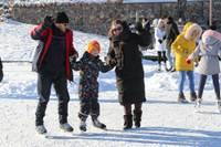 Pa ledu var nestaigāt, bet lidot. Liepājnieki steidz baudīt ziemas priekus Beberliņu brīvdabas slidotavā