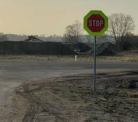 """Tomēr viens ir cīnītājs – Grīzupes krustojumā uzliek """"Stop"""" zīmes"""