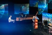 Vizuāli krāšņā tiešraides koncertā izskan džeza klasika jaunā izpildījumā