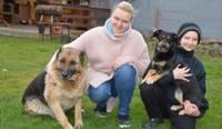 Gribējās mazu un mīļu. Frizieres Gitas Muzikantes pagalmā skraida divi mīluļi – suņi Lora un Bella