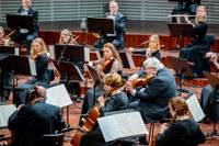 Paliec mājās: tiešsaistē – simfoniskā mūzika, literatūra un cirka mistērija