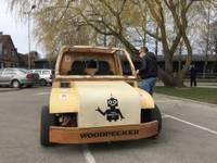 Pa pilsētu ripo Liepājas Universitātē izgatavots koka elektroauto