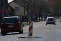 Pavasara remontdarbos paslēpj akas un nogludina tranzīta ielas