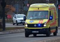 Lielajā ielā kāds vīrietis lamājis, spēris ar kāju NMPD mediķiem un viņu transportlīdzeklim