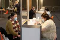 Pedagogi saņem uzaicinājumu piektdien potēties pret Covid-19 Liepājas masu vakcinācijas centrā