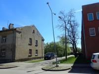 Jelgavas ielā uzbrauc apgaismes stabam; policija aicina atsaukties negadījuma aculieciniekus