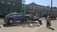 Lielajā ielā auto ietriecas būvmateriālu kaudzē