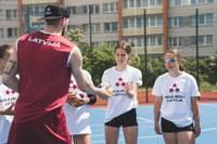 Liepājas Sporta spēļu skolas audzēkņi aizvada treniņu ar Latvijas vīriešu volejbola izlasi