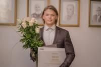 Par izciliem mācību sasniegumiem sveic Liepājas Valsts 1. ģimnāzijas absolventu Valtu Kāli