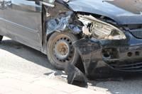 Zirņu ielā divu auto sadursmē cieš vīrietis