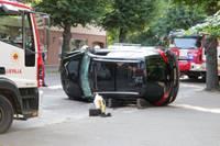 Raiņa ielā apgāžas auto, cietis cilvēks