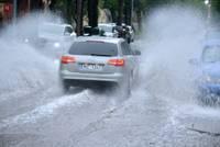 Debesis nogāza ezerus ielu stūros. Visbiežāk lietus ūdens uzkrājas Graudu un Vītolu ielas stūrī