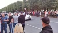 """Vairāki simti cilvēku pie valdības ēkas nesankcionēti protestē pret """"obligātu vakcināciju"""""""