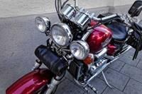 Motocikliste iestūrē veikala durvīs