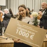 Helēna Eglīte saņem jauno izpildītāju akadēmiskās mūzikas konkursa galveno balvu
