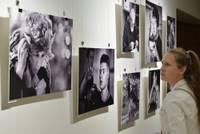 """Fotogrāfijas ar dvēseli. Biedrības namā skatāma fotogrāfu grupas """"Liepājas pozitīvs"""" izstāde"""