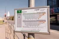 Pieturvietās izvietoti jauni sabiedriskā transporta kustības saraksti