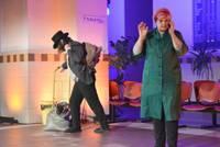"""Mūra pils tuksnesī atdzīvojas. Liepājas stacijā pirmizrādi piedzīvo dramaturģes Sandijas Santas un amatierteātra """"Projekts"""" uzvedums"""