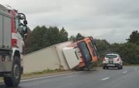 """Durbes pagastā avarē kravas automašīna """"MAN"""""""