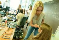 """Liepājniece Krista Drulle piedalās jauniešu komēdijas """"Tizlenes"""" grimēšanas procesā"""