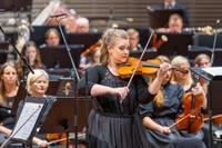Skaista broša koncertzālei. Ar brīnišķīgu Paulas Šūmanes solo Liepājas Simfoniskais orķestris atklāj 141. koncertsezonu