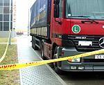 На полицейской стоянке стоит арестованное грузовое авто