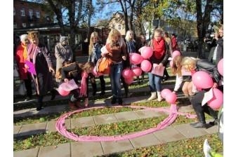 В поддержку женщин расцветает розовая ленточка