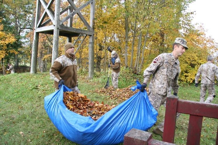 FOTO: Zemessargi sakopj Brīvības cīņu piemiņas vietas