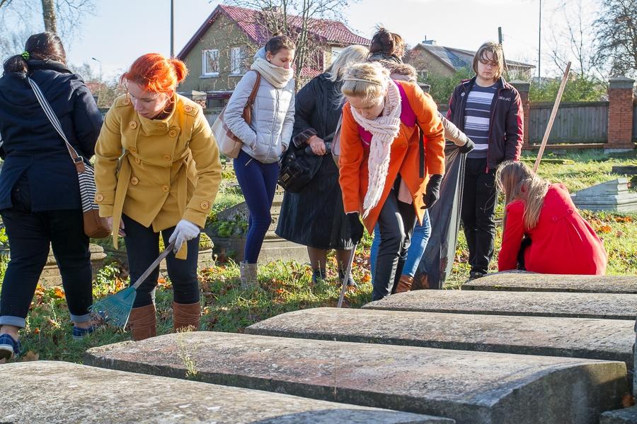 Школьники приводят в порядок места захоронений воинов