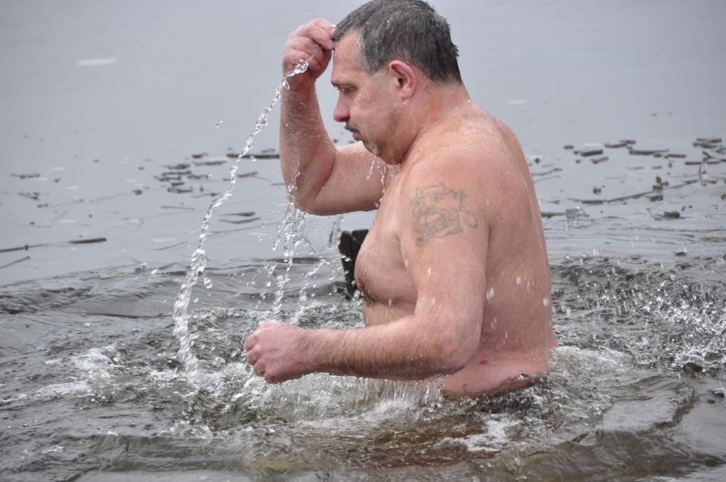 Ледяная вода мужчин не пугает