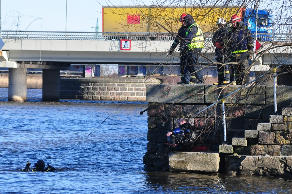 Автомашина упала в канал