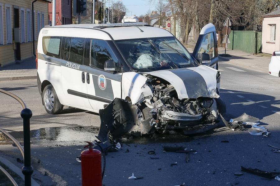 Дополнено – Спеша на вызов, столкнулись автомашина полиции и автоцистерна ГПСС