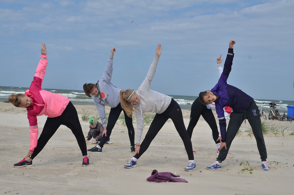 Приглашают заниматься гимнастикой на пляже