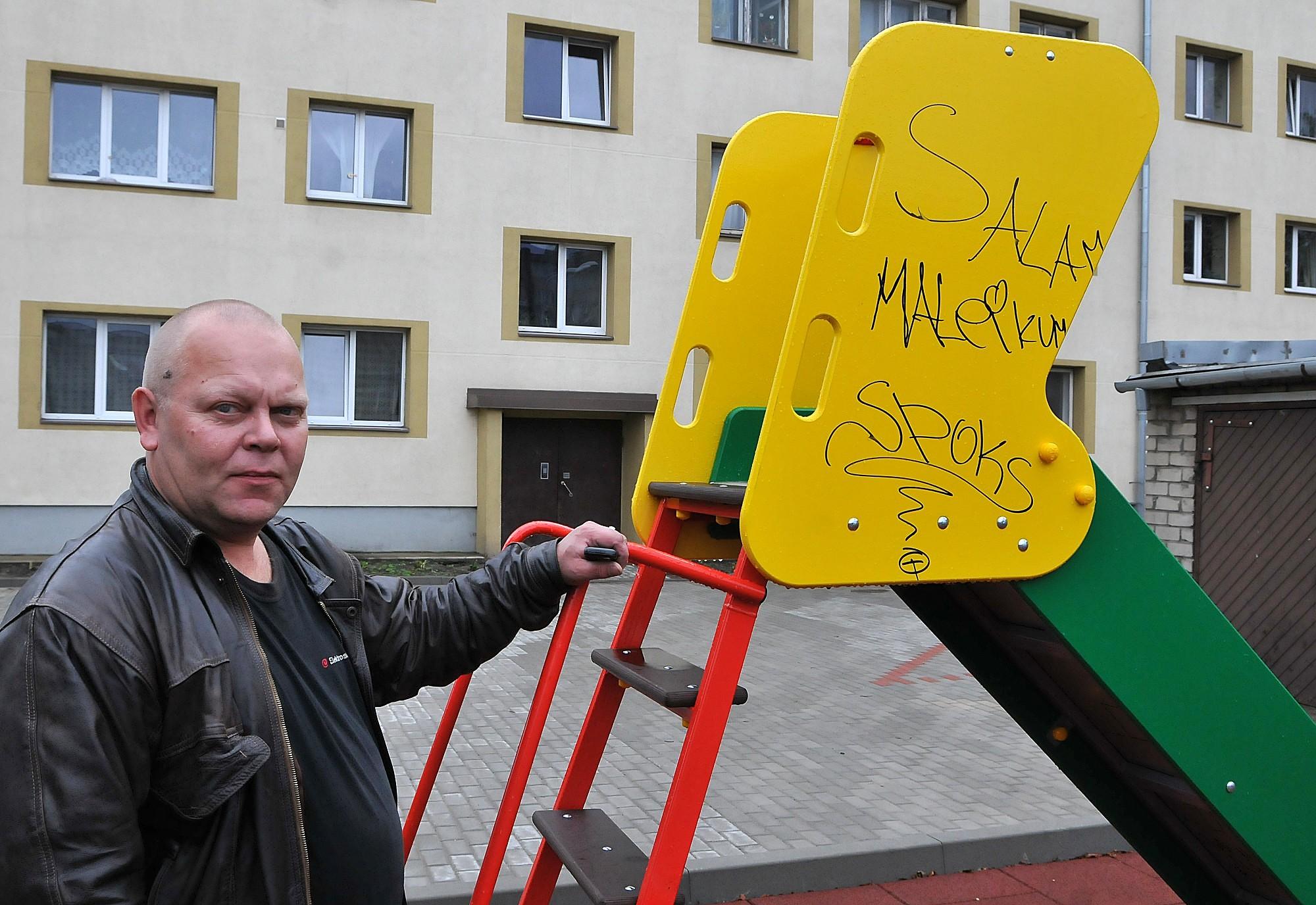 Вандализм в только что приведенном в порядок дворе