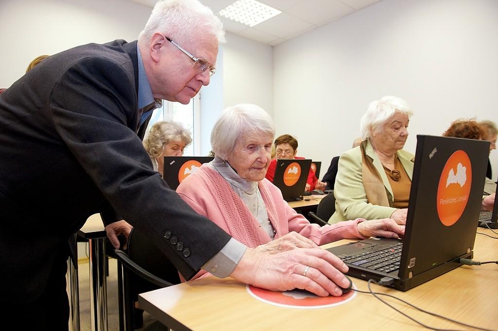 Лиепайские сениоры вернулись на школьную скамью, чтобы освоить компьютерные премудрости