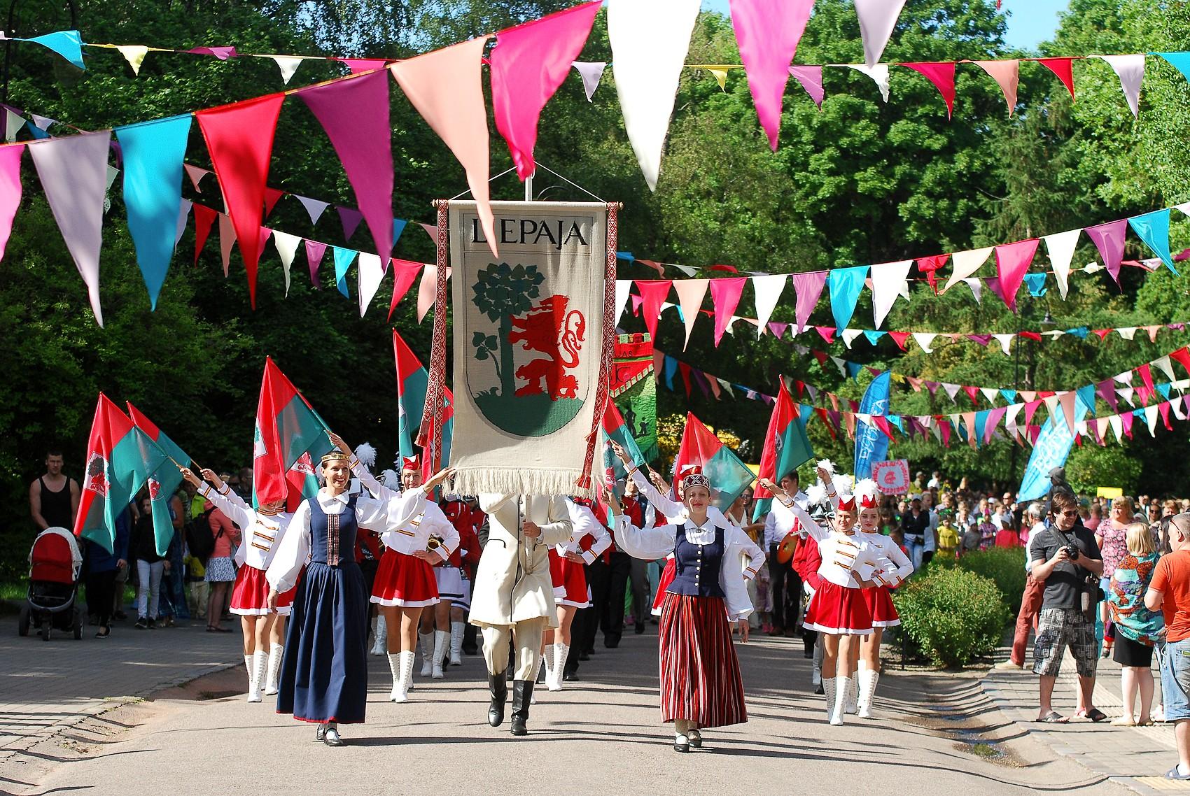 Праздничное шествие участников Праздника семьи