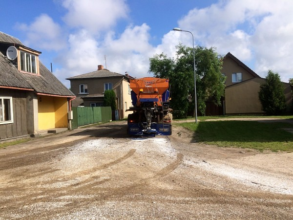 Возобновлена обработка грунтовых улиц противопыльной смесью