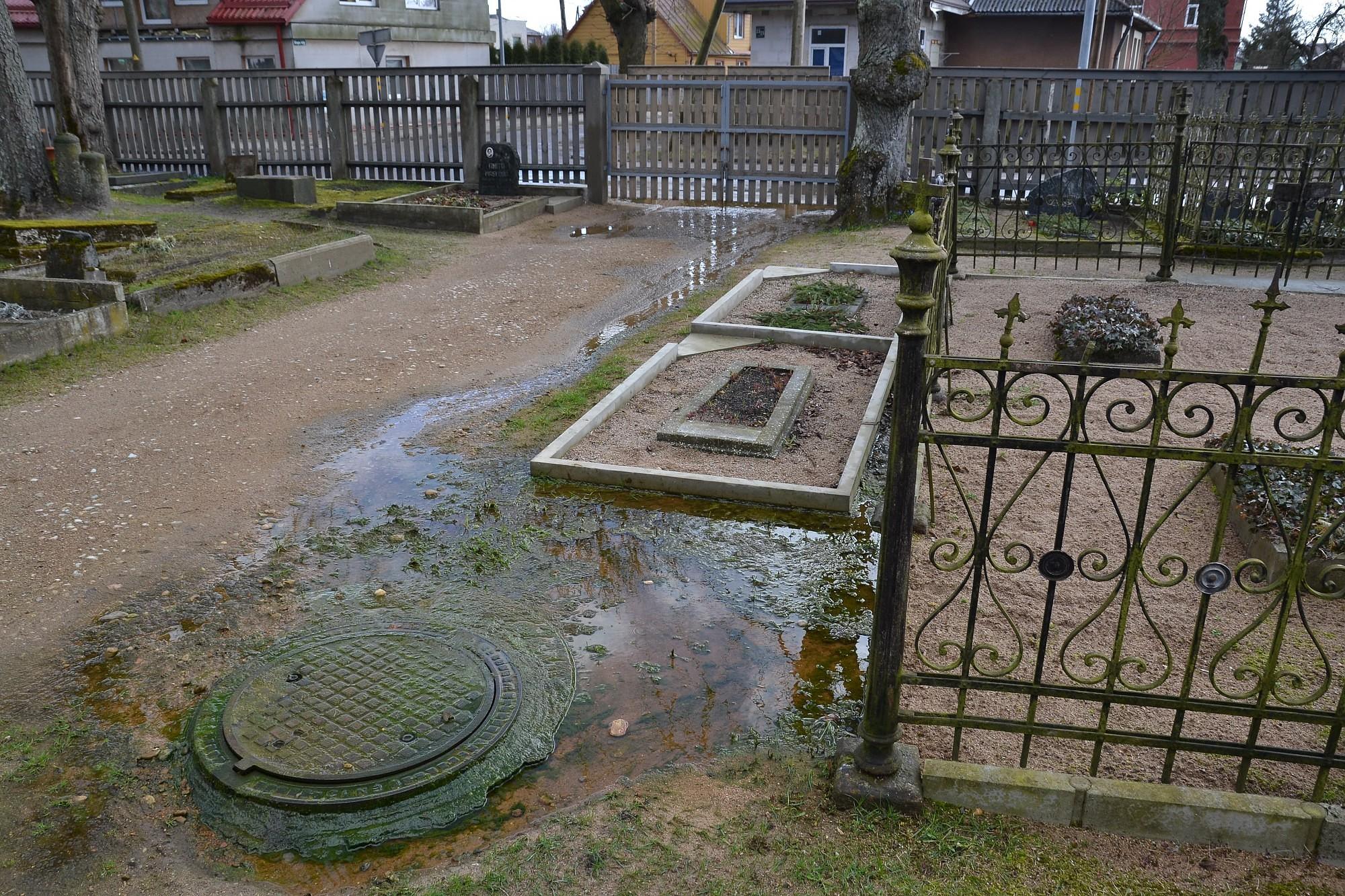 Вода с кладбища вытекает на улицу