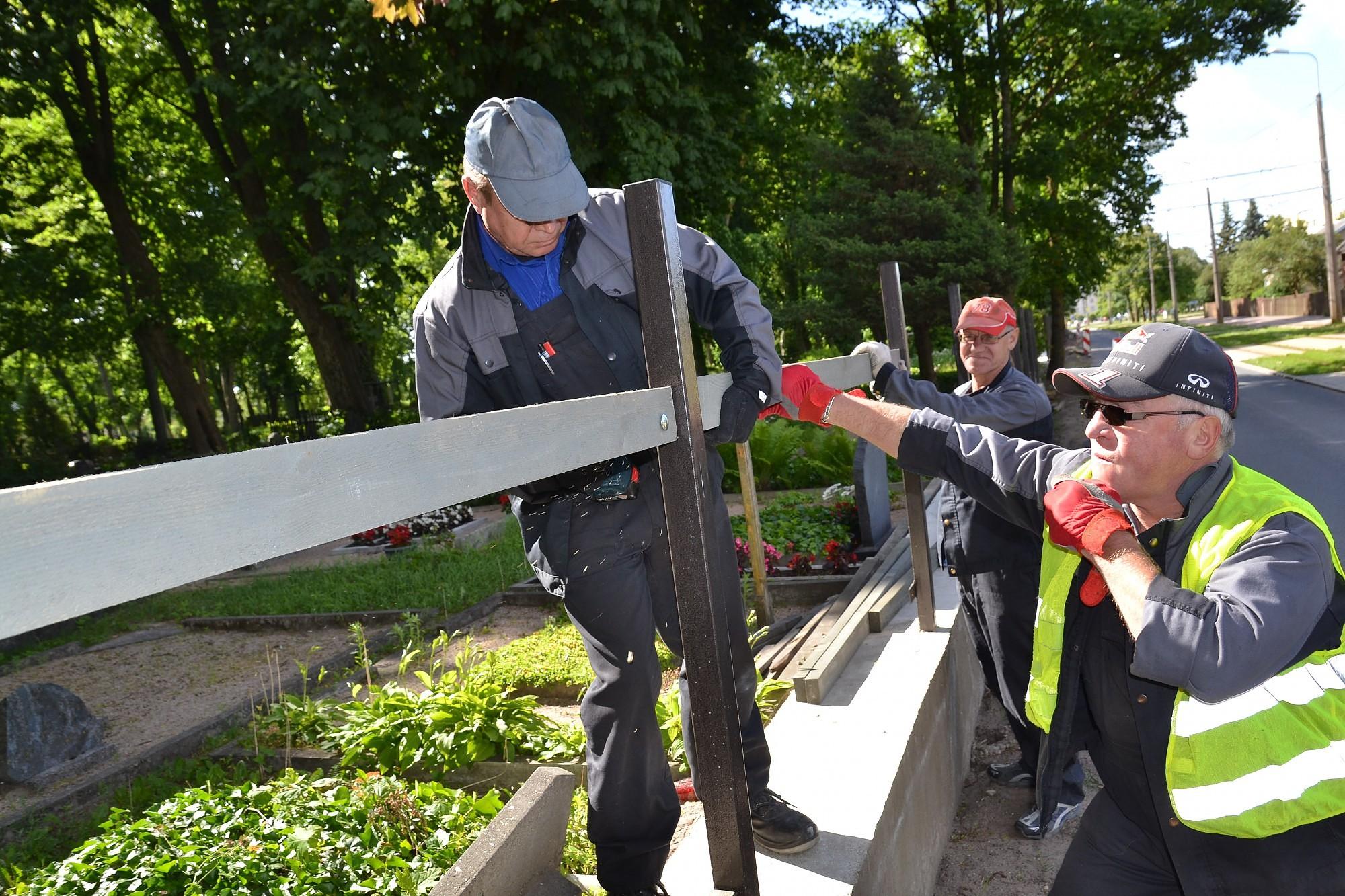 Строится новый забор Ливского кладбища