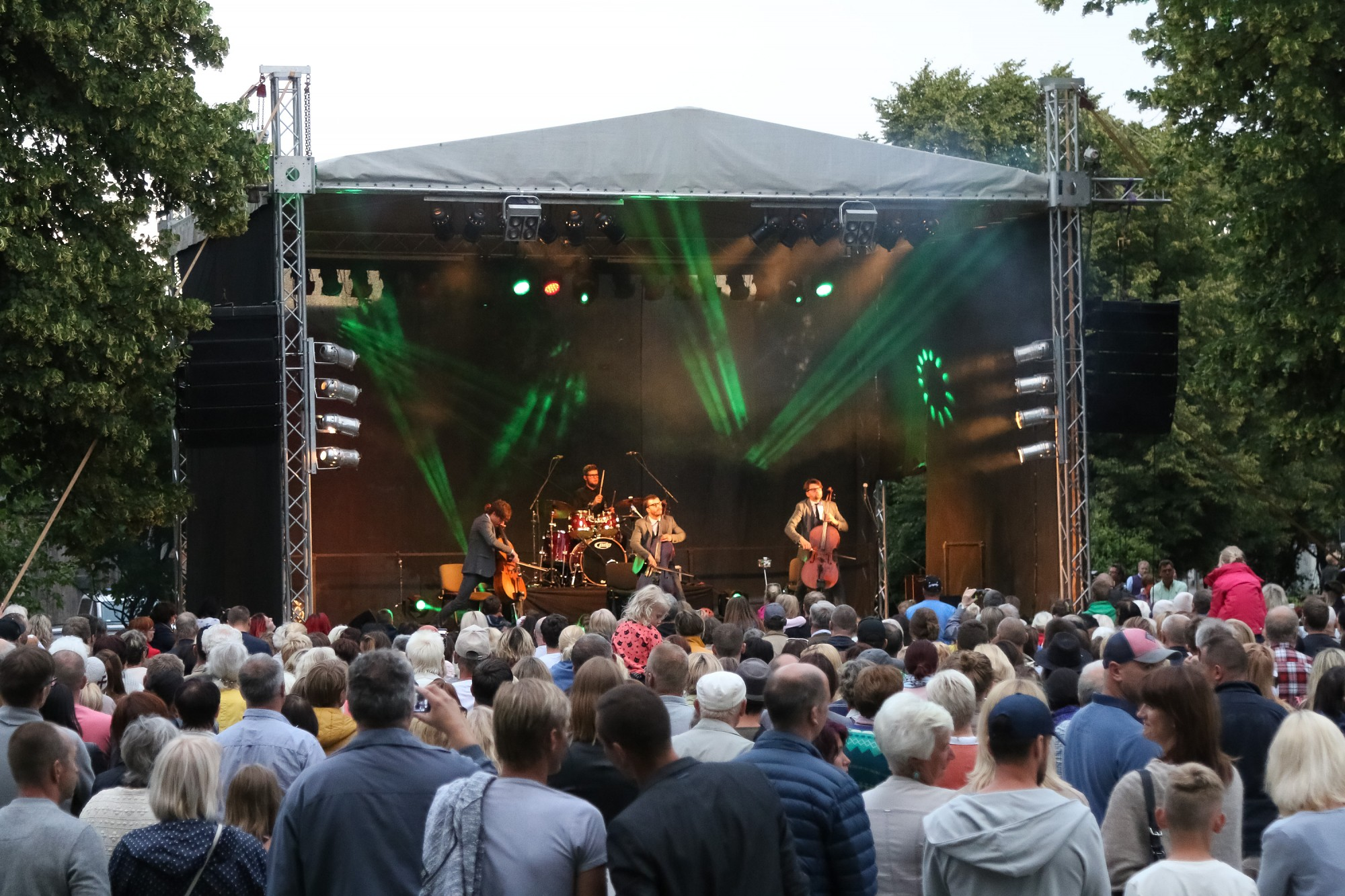ФОТО: На концерте под открытым небом слушателей радует группа «Мело М»