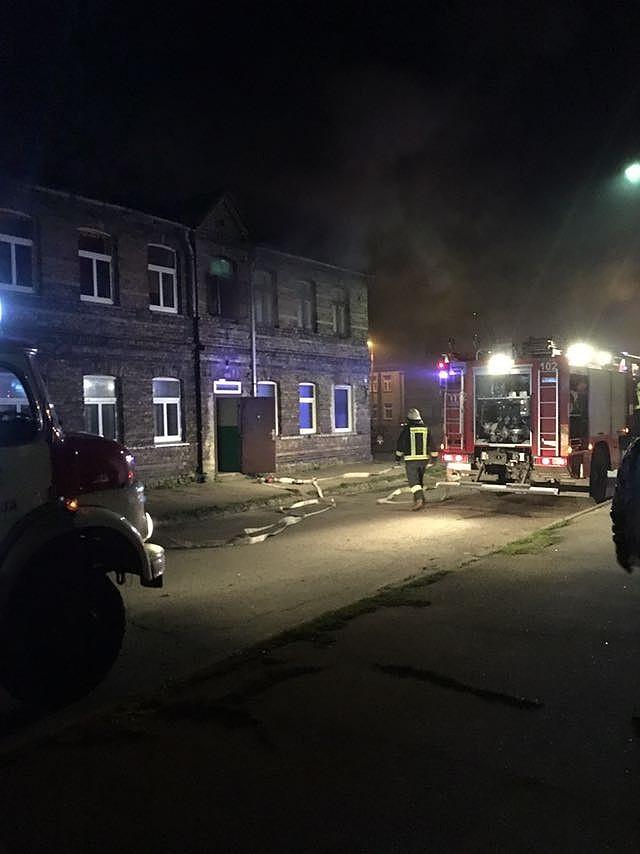 В пожаре пострадала женщина; в доме нашли нелегальный алкоголь и оружие