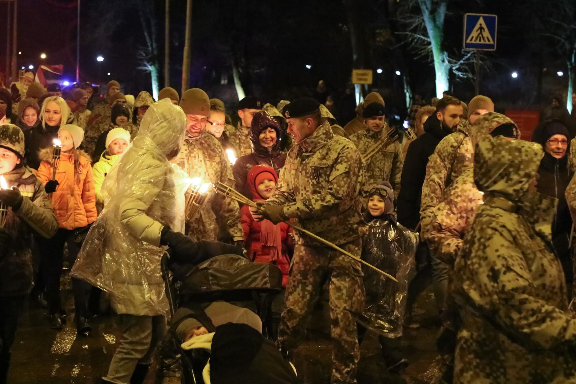 Дополнено – Состоялось факельное шествие в День Лачплесиса