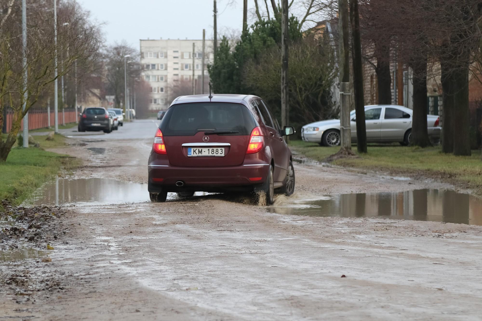 В Лиепае еще 32 км гравийных дорог; жителям не нравятся пыль и грязь