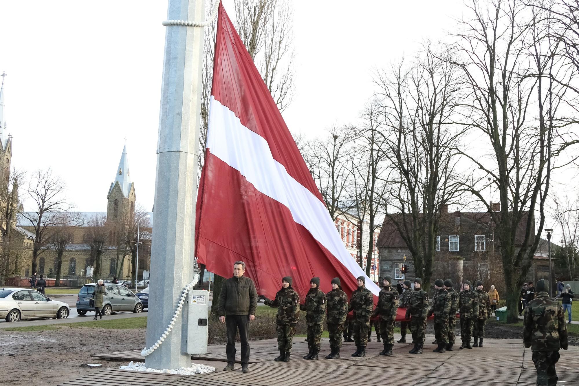 В Лиепае развевается флаг крупного формата