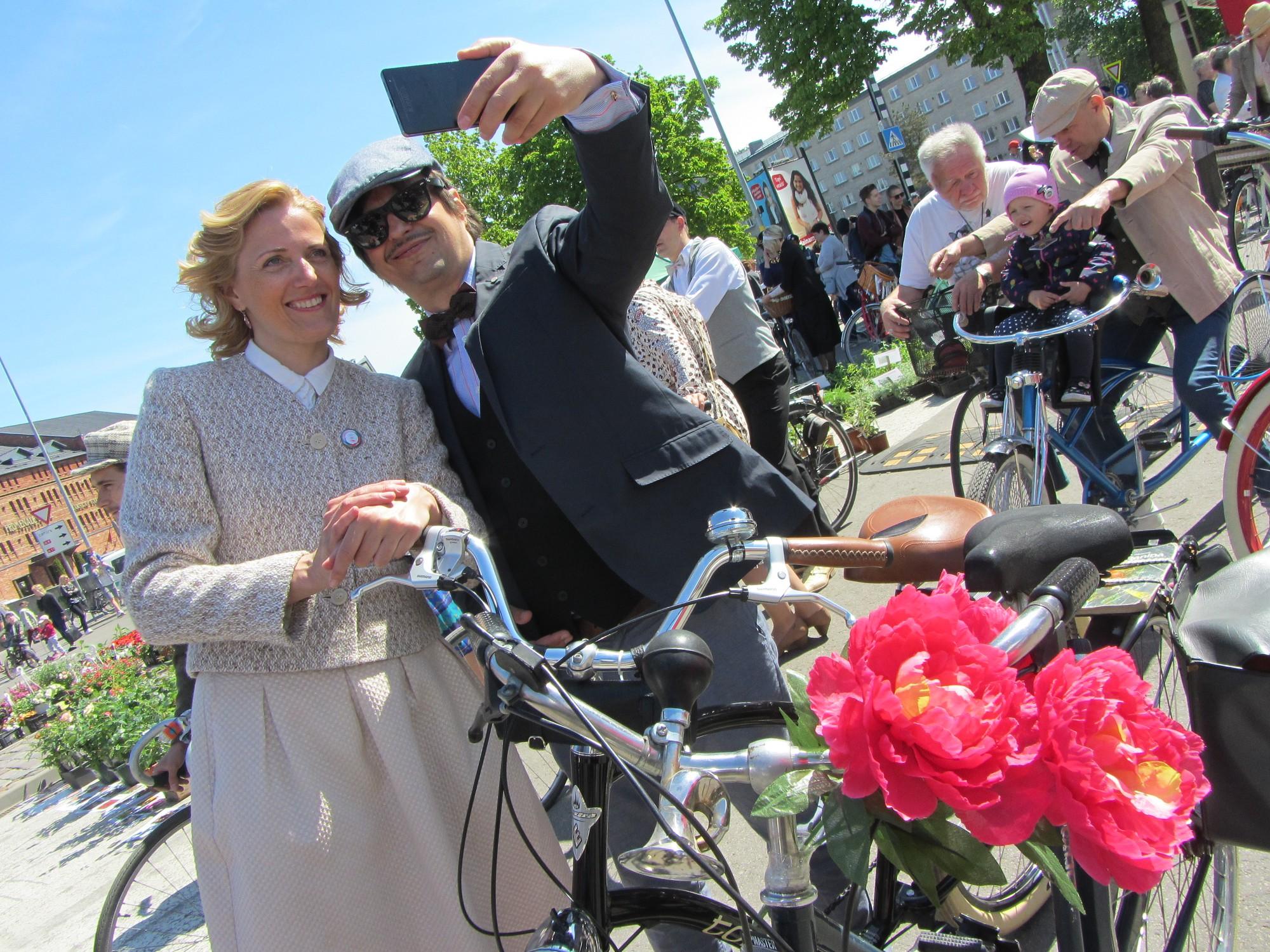 Шарм твидового заезда привлек сотни велосипедистов
