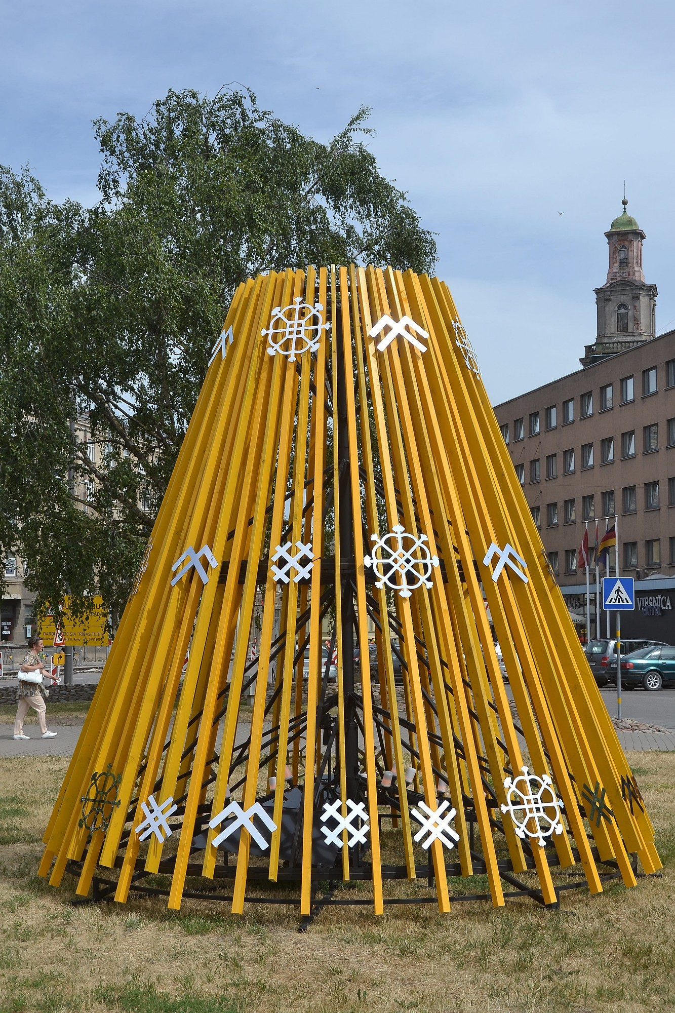 Знакомится с балтийскими традициями